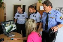 U kamerového systému. Vlevo vedoucí vimperského obvodního oddělení Jan Kurz, vpravo vrchní strážník Milan Kobera a mezi nimi Lukáš Sýs.