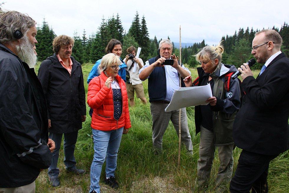 Iva Bufková (s mapou) vysvětluje, jak bude obnoven jeden z mokřadů.