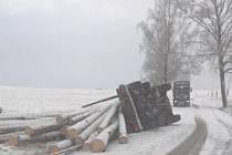 Havárie kamionu se dřevem u Bělé.