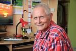 Stan Schneedorf renovuje staré kříže na Šumavě a fotí přírodu.