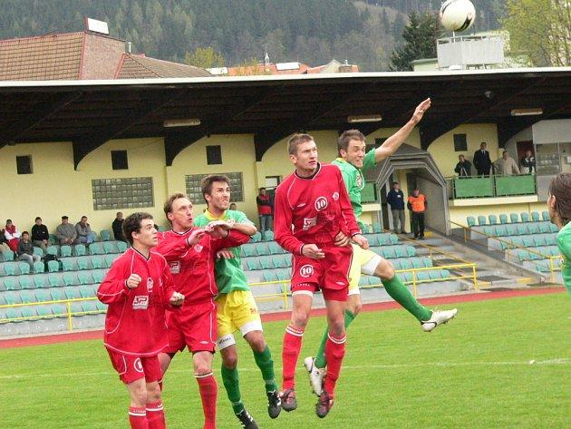V dalším utkání fotbalové divize přijely do Prachatic Klatovy. Domácí (v zeleném) bojují o postup, hosté jsou naopak přímo ohroženi sestupem. Favoritem byl tedy jasně Tatran.
