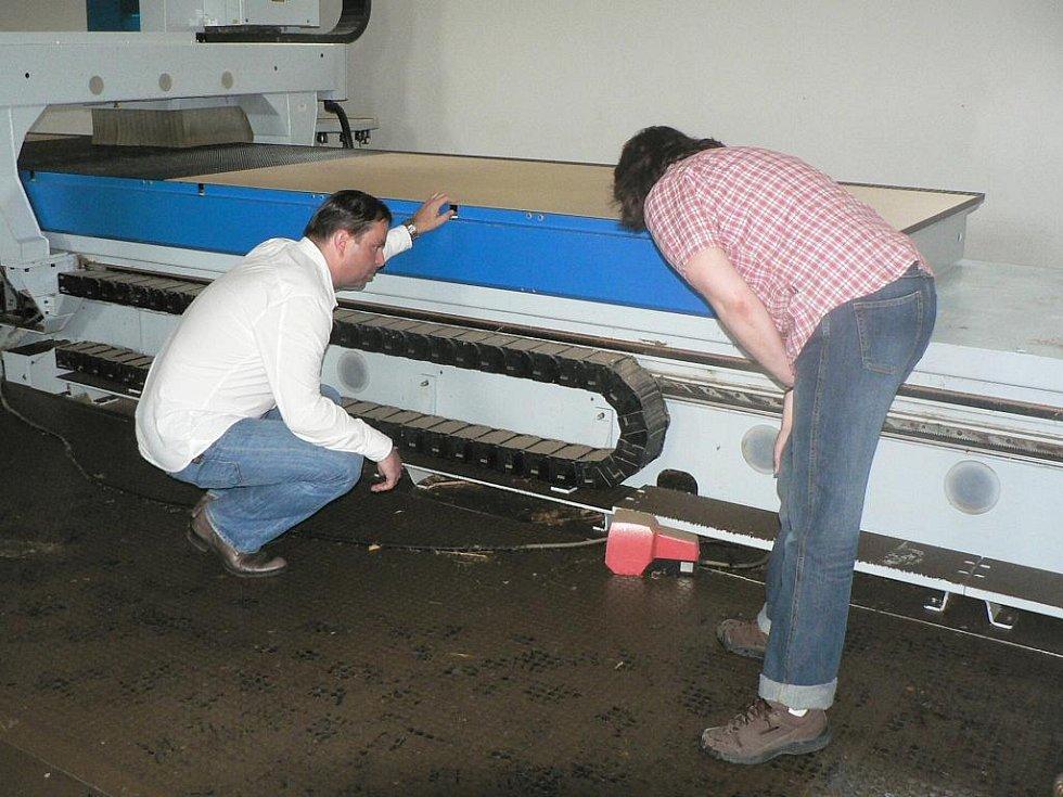 Voda poškodila stroje ve výrobní hale.