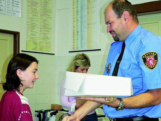 SOUTĚŽILI S NASAZENÍM. Žáci šestých tříd základních škol v Prachaticích dostali diplomy, které se vybojovali, když se koncem října účastnili branného dne.