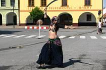 Orientální tanečnice ze skupiny Cetare.