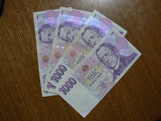 Padesátiletá žena dluží bance více než sto tisíc korun. Ilustrační foto.