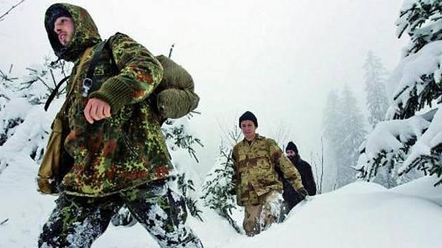 VÍKEND PLNÝ SNĚHU LÁKAL. Písecké trampy vylákal o uplynulém víkendu čerstvě napadlý sníh na Šumavu. I přes hustou mlhu se vypravili na výlet ze Srní na Churáňov.