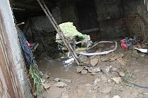 Tudy přišla voda, zastavila se o vrata stodoly, tam se nahromadila, vrata vylomila a nahrnula se do dvora.