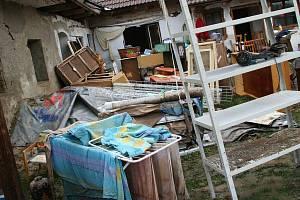 Zničené věci musely z domu, dvůr je jich plný.