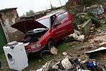 Auto vynesla vlna ze stodoly a opřela ho o zeď na dvoře.
