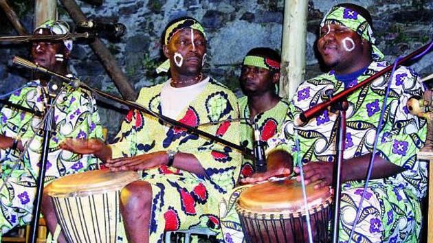AFRICKÉ RYTMY. Ten, kdo nechtěl či nemohl cestovat do  žhavé Afriky, si mohl tamní kulturu vychutnat v sobotu večer prostřednictvím skupiny Les Grands Tam – Tam D´Afrique. Ta totiž předvedla, jak se slaví v centru černého kontinentu.