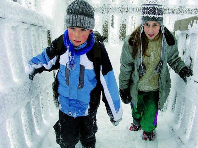 POČASÍ JE NEODRADILO. Jestliže před rokem skauti na rozhlednu stoupali v tričku, letos je čekalo více než půl metru sněhu a pět stupňů pod nulou.