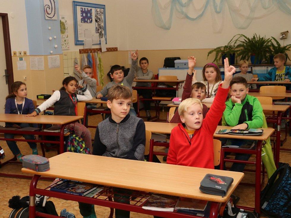 Osmnáct žáků čtvrtých a pátých tříd ze ZŠ Zlatá stezka 240 v Prachaticích se ve čtvrtek odpoledne po vyučování poprvé sešlo na základním kurzu, který by měl skončit závěrečnou zkouškou YLE Starters.