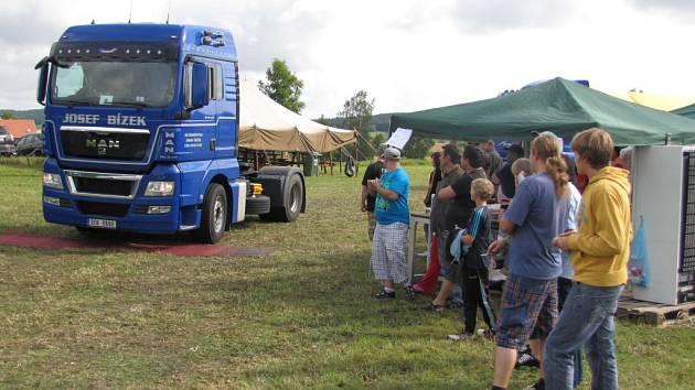 Trucky předvedly spanilou jízdu a řidiči svou dovednost.