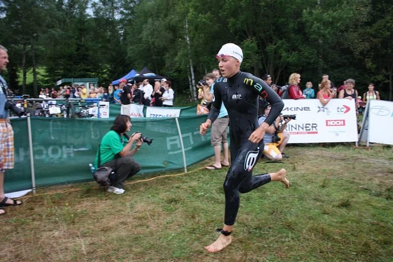 Kathrin Müller vybíhala ke kolům jako první žena po plavecké části.