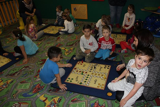 Deskové hry děti ve Volarech baví.