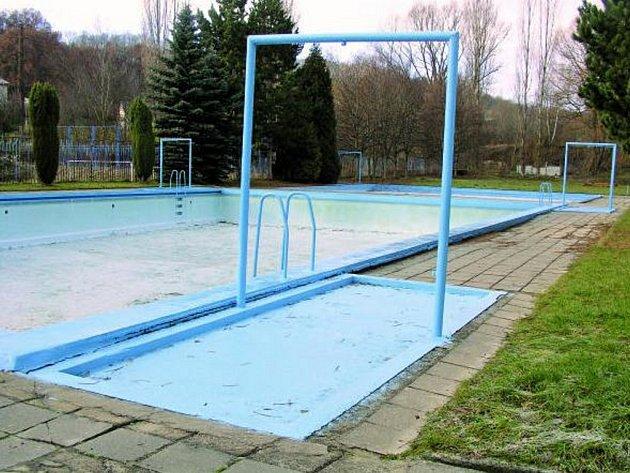 ZAVŘENO. Většinu měsíců v roce není veřejné koupaliště využíváno. Proto by Vimperští chtěli krytý bazén.