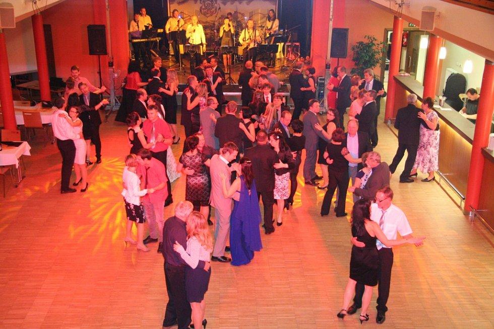 Učitelé, žáci i rodiče si v pátek večer na slavnostním večeru v sále Národního domu připomněli padesáté výročí od otevření pavilónového komplexu ZŠ Zlatá stezka.