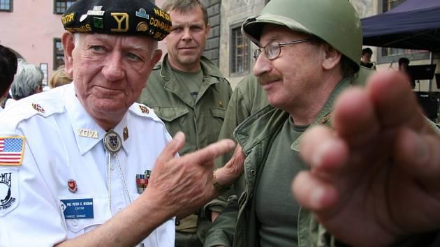 Bývalí vojáci diskutovali s majiteli historických aut.