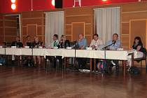 Zastoupení koaličních zastupitelů při hlasování o územním plánu Vimperk, koalice byla v kompletním složení v sále.