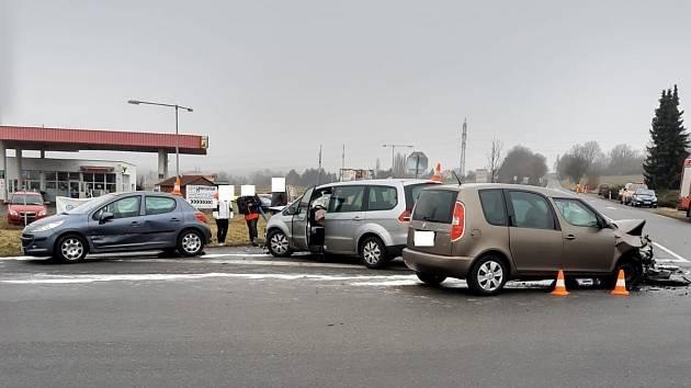 Na křižovatce u Stopařky u Vitějovic na Prachaticku se srazila tři auta. Čtyři lidé se zranili.