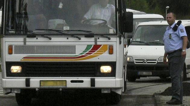 Řidič linkového autobusu nedbal zvýšené opatrnosti a zavadil o zrcátko osobního automobilu Opel Astra Caravan. Ilustrační foto.