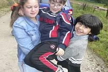 LOUČENÍ S LÉTEM. Žáci s učiteli vyrazili do lesa poznávat okolní přírodu.