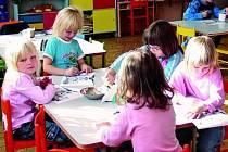 VÝUKA. Děti z Mateřské školy ve Stachách se hravou formou učí základy anglického jazyka. Nad učením příliš času nestráví, znalosti získávají velmi rychle.