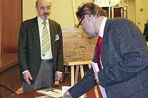 """Petr Martan při autogramiádě knihy """"Suchá opona Šumavy"""" ve foyer Poslanecké sněmovny."""