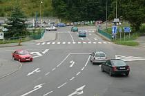 Současný stav křižovatky u Lidlu přináší řidičům dopravní komplikace.