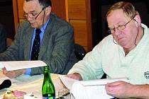 BYLI PRO. Na pondělním zasedání vimperští zastupitelé schválili i zřízení nového výzkumného institutu. Na snímku (zleva) místostarosta Bohumil Petrášek a zastupitel Tomáš Gabauer.