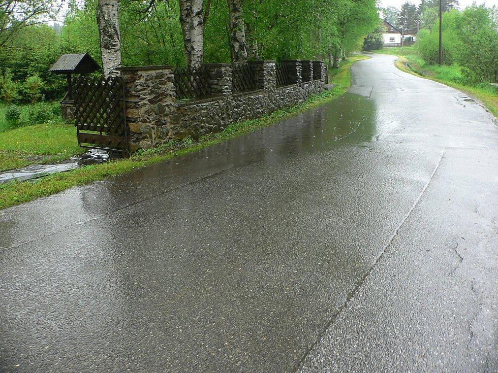 Rozvodněná Vltava v Houžné ve směru na Volary.