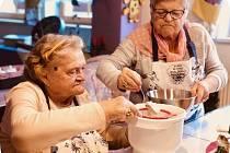 Senioři z Domova seniorů Mistra Křišťana v Prachaticích se pustili do pečení vánoček.