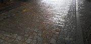 V pátek 11. srpna pršelo v Prachaticích vydatně s přestávkami už od rána. Voda si našla cestu Dolní branou.