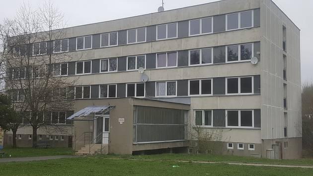 Bývalá ubytovna dnes bytový dům s malometrážními byty v Krumlovské ulici v Prachaticích prochází rekonstrukcí.