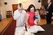 Klaudie Harvalíková přišla na vítání občánků s rodiči Jitkou a Miroslavem.