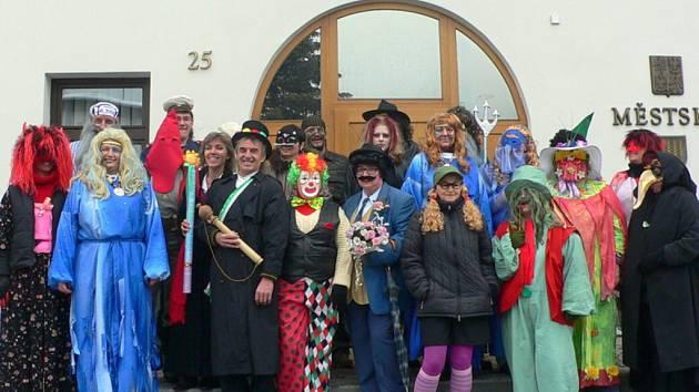 TRADICE. Volarské masky pravidelně každý rok zakončují masopustní veselí v ulicích města. Uplynulou sobotu 28. února se vydal průvod maškar od domu k domu, aby popřál všem obyvatelům.