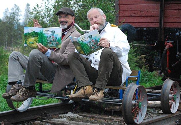 S Romanem Kozákem (vlevo) je bytostně spjata železnice, a tak samolepku s jeho viděním volarského nádraží najdete přímo na peroně. S Jaroslavem Pulkrábkem (vpravo) jej pak spojuje láska k pověstem.