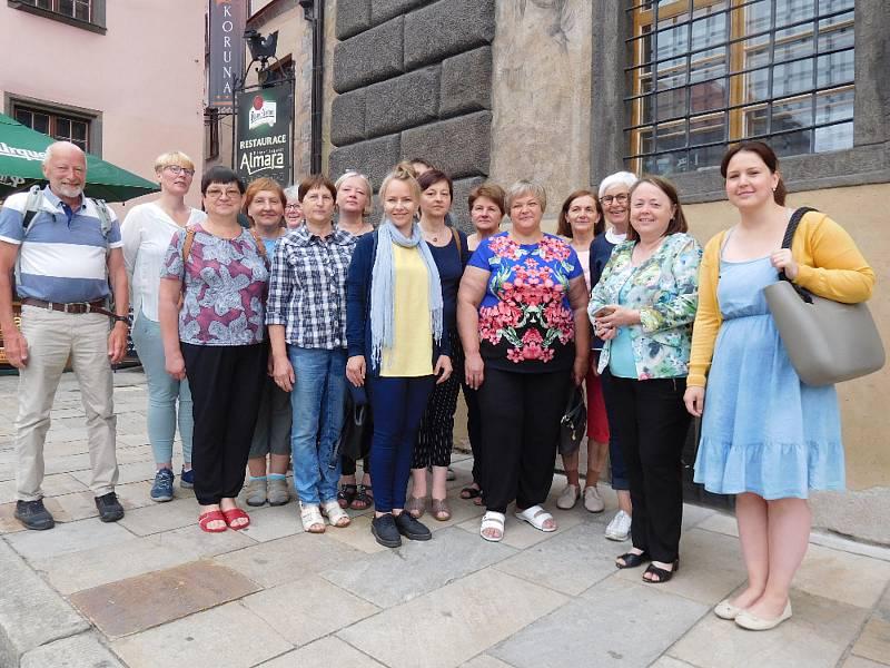 Senioři ukončili první ročník studia angličtiny.