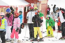 Kvildská sjezdovka je v provozu a lyžaři toho využívají v hojném počtu.