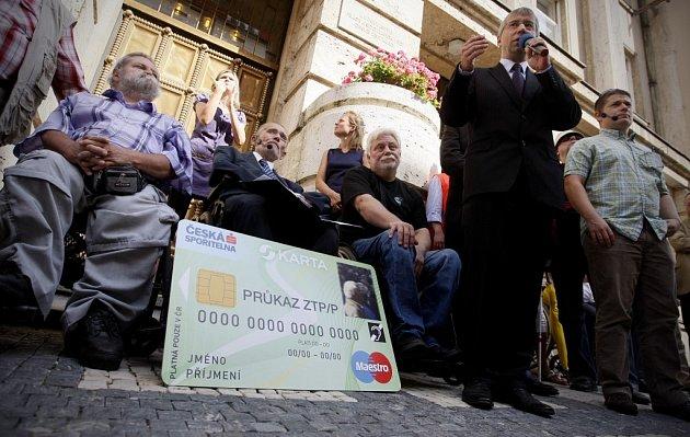 Proti zavedení S-karty protestovali postižení už v srpnu 2012. Karty dlouho svému účelu nesloužily.
