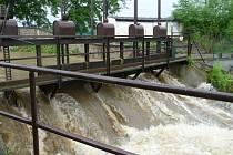 Rozvodněný Netolický potok v Netolicích.