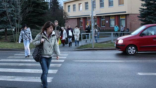 Chodci na přechodu u autobusového nádraží v Prachaticích.