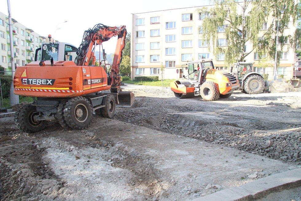 Podkládání jedné z konstrukčních vrstev vozovky ve Zvolenské ulici v Prachaticích.