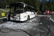 Po požáru zůstal v Perlovické zatáčce u Libínského Sedla zcela zničený autobus.