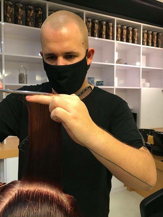Jakub Bouda z prachatického kadeřnictví JakuBouda měl od 27. prosince zavřeno. V pondělí 3. května znovu otevírá..