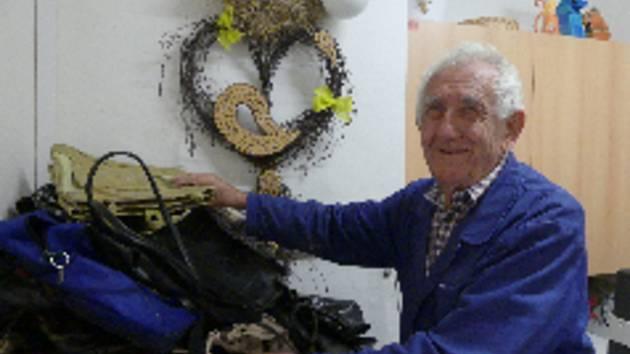 Prvních čtyřicet kabelek už bylo doručeno z Městského úřadu Prachatice do Prachatického deníku. Na snímku František Tomčány, který se sbírkou pomáhá.