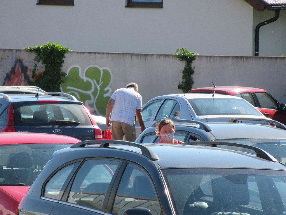 V Prachaticích od rána místní rozhlas hlásí opatření, která by lidé měli dodržovat. Roušky nasazuje asi polovina lidí především při nakupování. Izolovaní cizinci jsou vidět u ubytovny, když chodí kouřit ven.
