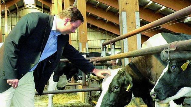 KRAVÍN. Nejmodernější technologii v kravíně v Nebahovech zhlédl při úterní exkurzi i starosta Prachatic Jan Bauer.