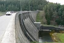 Komunikace přes přehradu bude od 9 do 15 hodin uzavřena. Řidiči musí do Husince přes Těšovice. Ilustrační foto.