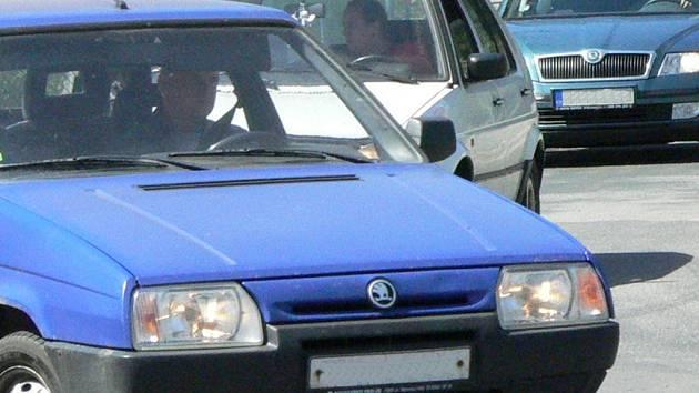 Muž bez řidičského oprávnění klidně usedl za volant osobního automobilu Fiatu Uno. Ilustrační foto.